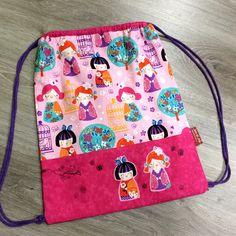 Mochila para niña con tela de muñecas y muñecas recortadas y cosidas como aplicación. :-) Diy And Crafts, Crafts For Kids, Zipper Pouch Tutorial, Kids Bags, Cute Disney, Drawstring Backpack, Tote Bag, Purses And Bags, Backpacks