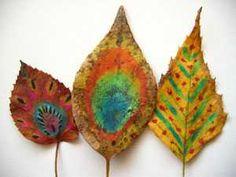 des motifs décoratifs colorés peints sur des feuilles