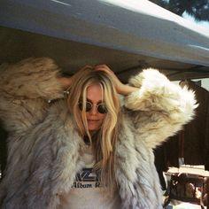 Inspo: vintage tee w/ faux fur coat Festival Looks, Boho Fashion, Womens Fashion, Fashion Trends, Fashion Vintage, Look Street Style, Look Boho, Facon, Passion For Fashion