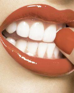 auf die weiße zähne akzentuiren