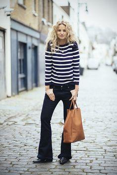 street style calça flare, sueter listrado azul e branco e shopping bag caramelo