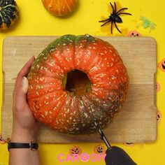 You can make this sweet pumpkin decoration DIY yourself and bring the autumn home. Pumpkin for Hallo Diy Halloween, Samhain Halloween, Halloween Displays, Halloween Signs, Halloween Pumpkins, Halloween Decorations, Pumpkin Arrangements, Pumpkin Decorating, Diy Crafts Videos