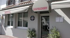Hotel Kapa Gorry Saint-Jean-de-Luz The Hotel Kapa Gorry is located 200 metres from the beach and 500 metres from Saint-Jean-de-Luz city centre. It offers rooms with free Wi-Fi access and flat-screen TVs.  The rooms are also spacious and fully soundproofed with en suites.