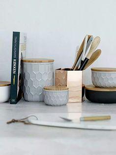 Witte keukken accessoires met geografische patronen. Natuurlijke materialen. En natuurlijk met koper!