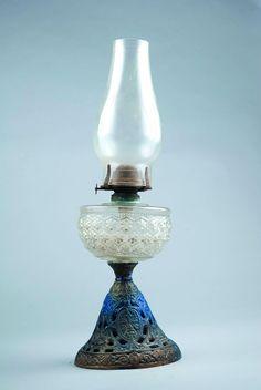 Hobb nail nail kerosene lamp with a moulded brass base Antique Oil Lamps, Vintage Lamps, Interior Lighting, Lighting Design, Hurricane Lanterns, Love Oil, Globe Lamps, Kerosene Lamp, Lantern Lamp