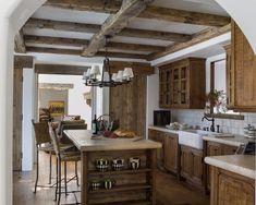Зона кухни в загородном доме, оформленная в стиле шале