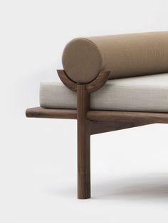 #Sofa in schönen Brauntönen / #Minimalismus #Interior #Design #LeuchtendGrau