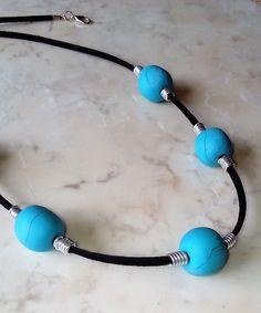 Sie schenkt gute Laune, weckt schöne Erinnerungen.  Sie ist die Farbe der Seele, die Farbe der Freundschaft.   Handgeformte Perlen mit schönem grün-blau durchzogen mit kristalinen lucent. Das Türkis dominiert.  Sie wirkt durch ihre Einzigartigkeit höchst edel.  Ein wirklicher Blickfang und ein herausragendes Geschenk an sich selbst oder einen geliebten Menschen… Etsy Jewelry, Jewelry Shop, Jewelry Accessories, Handmade Jewelry, Jewellery, Crystal Jewelry, Gemstone Jewelry, Mint Blue, Schmuck Design