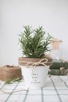 Sharing 18 creative and DIY planter ideas to get you ready for spring! Tons of inspiration for farmhouse style plant stands, pots and planters. Diy Projects To Sell, Crafts To Make And Sell, Easy Diy Crafts, Creative Crafts, Easy Homemade Gifts, Diy Gifts, Craft Gifts, Handmade Gifts, Fleurs Diy