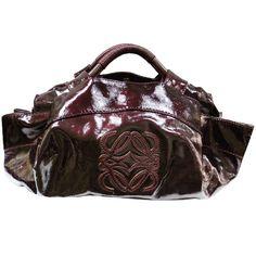 ¿Quieres un bolso diferente? Te proponemos este #LOEWE en piel charol de color vino