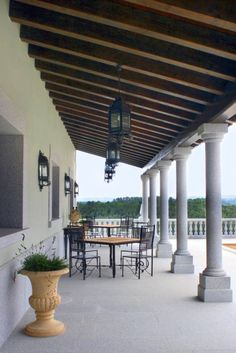 Garden style by Conely Even though historical inside principle, this pergola may be going through Wooden Front Door Design, Wooden Front Doors, Steep Backyard, Steep Gardens, Backyard Kitchen, Outdoor Spaces, Outdoor Decor, Spanish Revival, Garden Styles