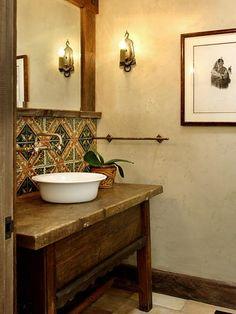No lugar da tradicional bancada em mármore ou granito, pode entrar em cena um móvel rústico com uma cuba de apoio.