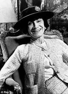 Após a sua ausência durante a 2ª Guerra Mundial, Chanel regressa em 1954 aos 71 anos e dá origem a uma segunda revolução na moda.
