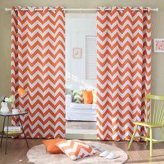 A chevron minta korunk egyik modern motívuma - a narancs alapú függönyön lévő fehér cikkcakkok a lakás díszítésére és lelkünk felmelegítésére egyaránt jók!