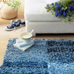 tapis en lanières de jean découpées et tissées avec un métier à tisser en bois
