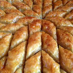 Baklawa aux amandes et noisettes (avec pâte Filo) Baklava Dessert, Baklava Recipe, Lebanese Desserts, Lebanese Recipes, Yummy Snacks, Delicious Desserts, Semolina Cake, Desserts With Biscuits, Arabic Sweets