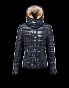 comme un coupe-vent ou une parka Moncler, seront idéaux pour la mi-saison, tandis que la doudoune Moncler sera absolument indispensable cet hiver ! Disponibles dans de nombreux coloris, les vêtements Moncler vous promettent confort et élégance.Techno fabric / Detachable, fur trimmed collar / Three pockets / Snap-button, zip fly closure / Feather down lined / Logo detailsComposition:100% Polyamid  €360, Jusqu'à -77%  Acheter maintenant: http://www.monclerfr.com/doudoune-courte-femme.html