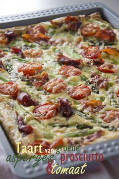 Een taart van groene asperges met prosciutto en tomaat en geitenkaas. Een heerlijke maaltijd met een zomers tintje.