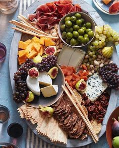 How To: The Ultimate Cheese Plate. Perhaps one of my favorite things to make! But these arent just any cheese plates they are centerpieces conversation starters art forms! Snacks Für Party, Appetizers For Party, Appetizer Recipes, Charcuterie Plate, Charcuterie And Cheese Board, Cheese Boards, Cheese Platters, Food Platters, Cheese Food