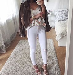 Jean blanc + t-shirt fleurie + veste marron