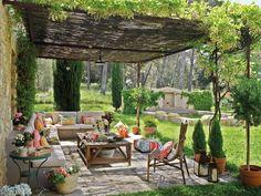 Pérgola metálica con techo de cañizo en jardín de casa de campo_364631