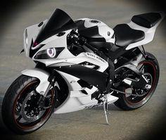 Yamaha White YZF-R6. Cilindrada: 600 Potência: 200 CV Distribuição: DOHC, 16 válvulas Peso: 199 Kg Valor inicial: 19:990