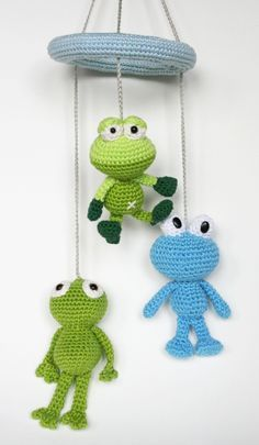 Free tutorial of a frog mobile. Frogs designed by Dendennis, Woolytoons Crochet and Christel Krukkert.