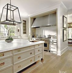 This stunning kitchen designed by #TracyHickman is full of interesting details & winks that we love. Can you pick your favorite? Via: @luxemagazine