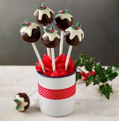 Attempting to make these today! This twist on traditional Christmas Pudding is a definite win! Try these Christmas Pudding Cake Pops with your kids this Xmas. Christmas Cake Pops, Christmas Pudding, Noel Christmas, Christmas Goodies, Christmas Desserts, Christmas Treats, Christmas Canapes, Holiday Cakes, Christmas Decorations
