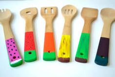 Cucharas de madera estampadas en color ideales para cocinar.