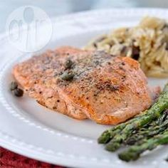 Salmão com alcaparras @ allrecipes.com.br - Este prato é simples e sofisticado. O peixe é temperado com sal e pimenta, servido com alcaparras e limão.