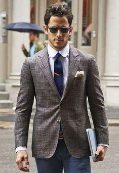 Algo tan simple como emparejar un blazer gris junto a un pantalón chino azul marino puede distinguirte de la multitud.