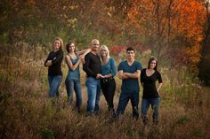 Love this idea for older siblings photo! great poses for our adult children Adult Family Photos, Large Family Portraits, Large Family Photos, Family Portrait Poses, Fall Family Pictures, Family Picture Poses, Family Picture Outfits, Family Photo Sessions, Family Posing
