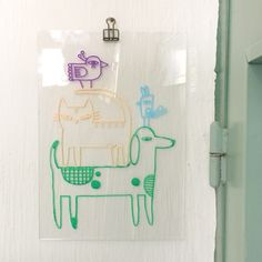 Gave toren van een hondje met kat en vogeltjes #raamtekening, getekend door Ilse in Vorm, staat goed in elke kamer!