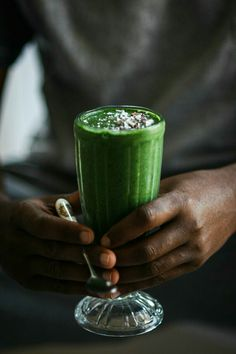Green smoothie with spinach, bananas, plant based milk and spirulina / photography by Marta Wasielewska