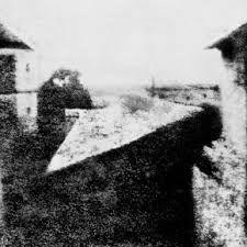 A primeira fotografia reconhecida foi em 1826, uma fotografia de Joseph Nicéphone Niépce