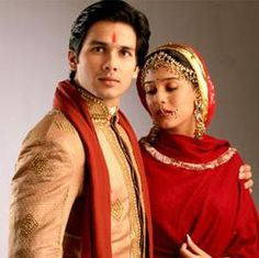 Shahid Kapoor/Amrita Rao in Vivah. This movie leaves me in tears of joy every time I see it. Asian Men Fashion, Indian Fashion, Mens Fashion, Marriage Dress For Groom, Indian Groom Dress, Marriage Stills, Amrita Rao, Indian Wedding Bride, Indian Weddings
