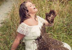 """Se você encontrasse uma mulher grávida com o corpo coberto de abelhas, provavelmente sairia correndo para chamar alguém que pudesse resgatá-la. Mas, no caso de Emily Mueller, a companhia dos insetos foi opcional e fez parte de seu álbum de maternidade. A escolha foi por um bom motivo: Emily e o marido são responsáveis pela empresa Mueller Honey Bee, que vende mel e tem como objetivo """"salvar as abelhas"""".Com remoção e relocação de enxames encontrados em lugares indesejados, a empresa resgata…"""