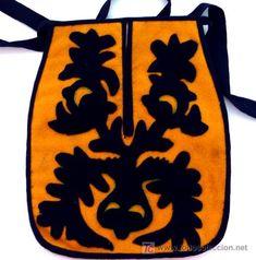 BOLSO O FALTRIQUERA DE PAÑO AMARILLO CON PICADO EN NEGRO (Antigüedades - Moda - Complementos - Mujer- Bolsos Antiguos) Sewing Pockets, Medieval, Folk, Koh Tao, Costumes, Crafts, Inspiration, Red Flannel, Wool Yarn