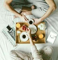 Best Breakfast In Bed Flatlay Good Morning Ideas Breakfast For A Crowd, Breakfast Bar Kitchen, Breakfast In Bed, Morning Breakfast, Breakfast Photography, Couple Photography, Sweets Photography, Morning Bed, Buenos Dias Quotes