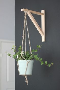 Maneiras de transformar e reformar a cozinha sem quebra-quebra gastando pouco House Plants Decor, Plant Decor, Hanging Plants, Indoor Plants, Diy Hanging Planter, Lime Paint, Diy Casa, Plant Hanger, Wall Hanger