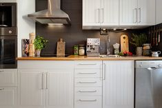 ściana z ciemnych cegieł w kuchni