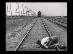 Uno fra i film più rivoluzionari della storia del cinema, L'uomo con la macchina da presa di Dziga Vertov.