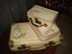 Valijas antiguas, pintadas con acrílicos, betún de judea y barniz, a la grande le di primero una base con convertidor de oxido,las pequeñas son de cartón
