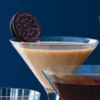 Oreo Martini Serves 2 Ice cubes 1 oz vodka 1 oz creme de cacao 1 oz Irish Cream 2 Oreos for garnish Place all ingredients besides Oreos in a shaker and mix well. Strain into 2 martini glasses and garnish with an Oreo. Party Drinks, Cocktail Drinks, Fun Drinks, Yummy Drinks, Yummy Food, Beverages, Martini Party, Colorful Cocktails, Winter Cocktails
