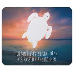Mauspad Druck Schildkröte aus Naturkautschuk  black - Das Original von Mr. & Mrs. Panda.  Ein wunderschönes Mouse Pad der Marke Mr. & Mrs. Panda. Alle Motive werden liebevoll gestaltet und in unserer Manufaktur in Norddeutschland per Hand auf die Mouse Pads aufgebracht.    Über unser Motiv Schildkröte  Schildkröten gelten als besonders gemütliche Tiere, die schon länger Erdbewohner sind als wir Menschen. Sie können bis zu 100 Jahre alt werden.    Verwendete Materialien…