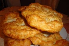 how to fry onions INDIAN FRYBREAD Friends, family, co-workers, neighbors everyone loves this Yummy Bread! Indian Fried Bread Recipe, Fried Onion Burger Recipe, Sweet Hawaiian Crockpot Chicken Recipe, Chicken Recipes, Amish White Bread, Tapas, Bread Recipes, Cooking Recipes, Vegetarian Recipes