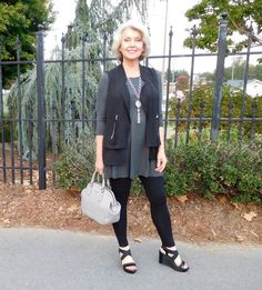 A vest is a nice option if it is still too warm to wear a jacket. 60 Fashion, Older Women Fashion, Over 50 Womens Fashion, Fall Fashion Outfits, Fall Fashion Trends, Fashion Over 50, Spring Outfits, Autumn Fashion, Casual Outfits