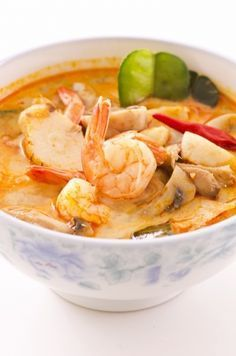 : soupe thaï de crevettes et lait de coco au curry rouge ! -Recette : soupe thaï de crevettes et lait de coco au curry rouge ! Vegetarian Chili Crock Pot, Vegetarian Crockpot Recipes, Lunch Recipes, Soup Recipes, Dinner Recipes, Healthy Recipes, Vegetarian Curry, Curry Recipes, Chicken Recipes