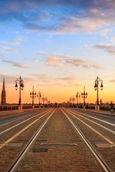 Pont de pierre à Bordeaux. Cette ville citadine mais authentique vous attend pour un séjour réussi. #Bordeaux #Gironde